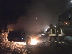 Auto in fiamme nella notte (immagini di repertorio)