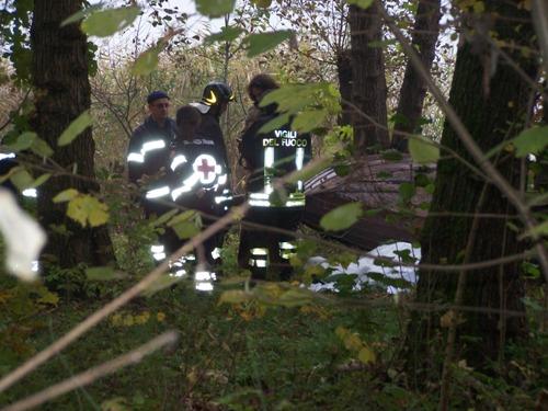 Il luogo dove sono stati ritrovati i due cadaveri in riva al lago di Varese