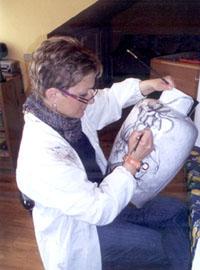 Paola Mobiglia nel suo laboratorio di Taino