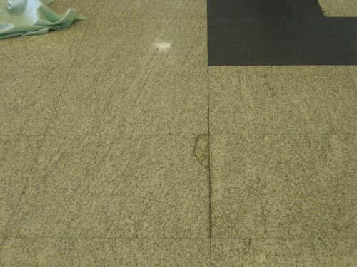 I buchi nel pavimento della hall al Circolo