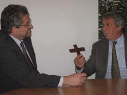 la consegna di un crocifisso al dirigente Merletti da parte del vicepresidente Bottini