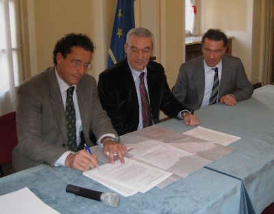 la firma dell'accordo: da sinistra Salvatore Giordano, Giorgio Angelucci, Cesare Lorenzini