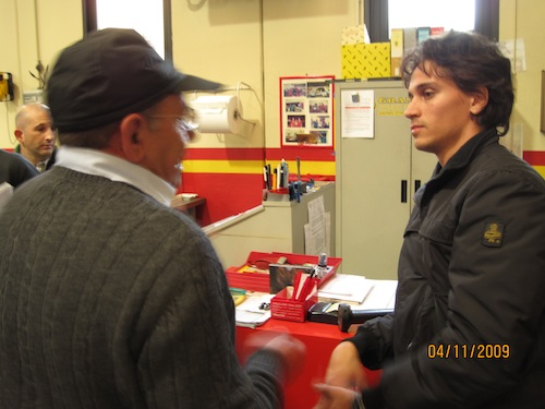 L'inventore di Saltrio discute con il ragazzo del Politecnico sull'auto a risparmio energetico