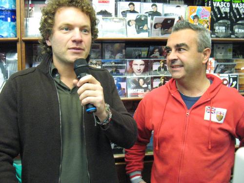 Matteo Becucci con il patron della Casa del Disco di Varese durante la visita dell'artista vincitore di XFactor