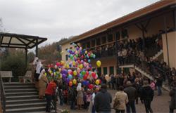 Bambini nel piazzale della scuola Sacro Cuore