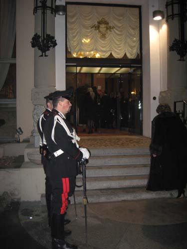 Il picchetto d'onore fuori dal Palace Hotel