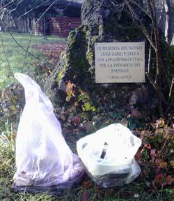 rifiuti nell'oasi di San Gemolo, in Valganna (Varese)