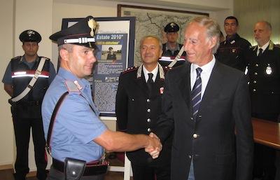 Il Procuratore Grigo si compliomenta con il maresciallo Roberto Notturno