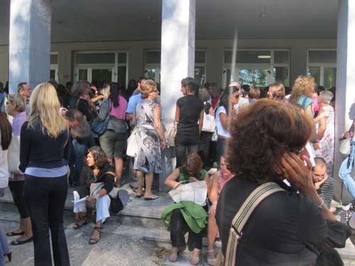 I docenti in attesa fuori dal Manzoni