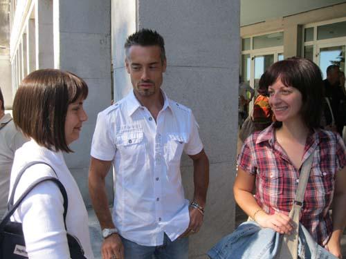 Davide con teresa e Chiara fuori dal liceo manzoni