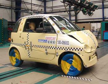 Una minicar pronta per il crash test sulla sicurezza