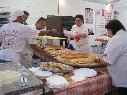 I pizzaioli al lavoro alla Fiera di Varese