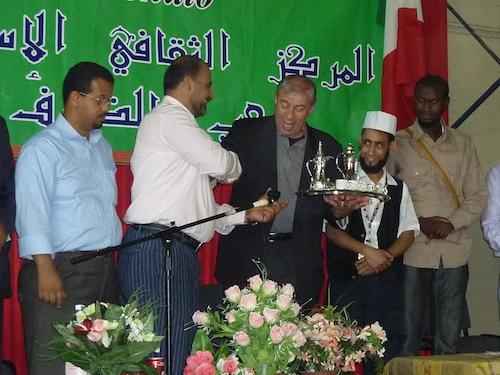 Sadok Hammami, portavoce del centro islamico stringe la mano al prevosto Don Maurizio Rolla