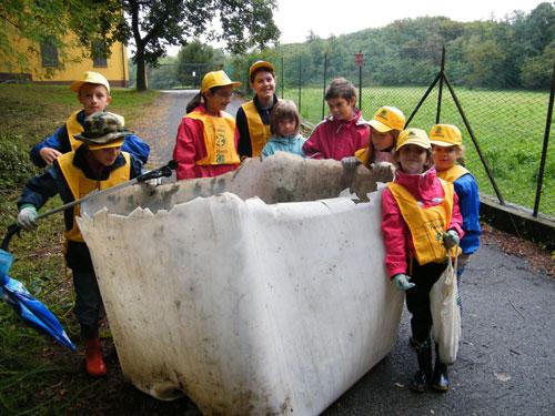 Un contenitore di plastica da 1000 litri trovato nel bosco a Daverio in occasione di Puliamo il Mondo