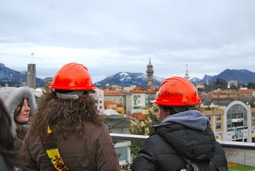 Studenti con il casco necessario nei cantieri