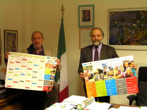 Silvano Basilli (a sinistra), direttore del Villaggio Sos di Morosolo, consegna al dirigente scolastico Antonio Antonellis il Manifesto dei diritti dei bambini