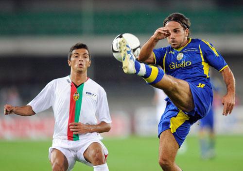 Fabio Concas contro Giuseppe Pugliese in un Ternana-Verona