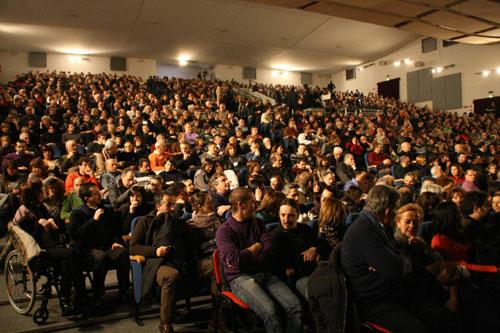 Il pubblico allo spettacolo di Beppe Grillo