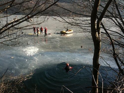 I vigili del fuoco sul lago di Ghirla ghiacciato