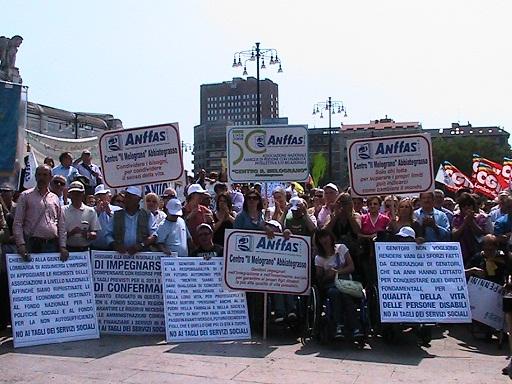 Disabili in piazza a Milano