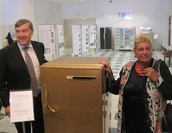 IL milionesimo, frigorifero dorato donato dai dipendenti a Giovanni Borghi. Accanto, i suoi figli