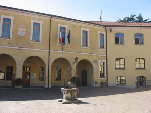Il palazzo comunale con la scuola