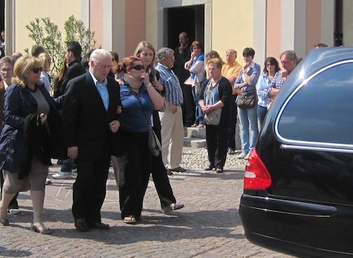 La figlia Elisabetta al funerale della madre, Franca Camboni