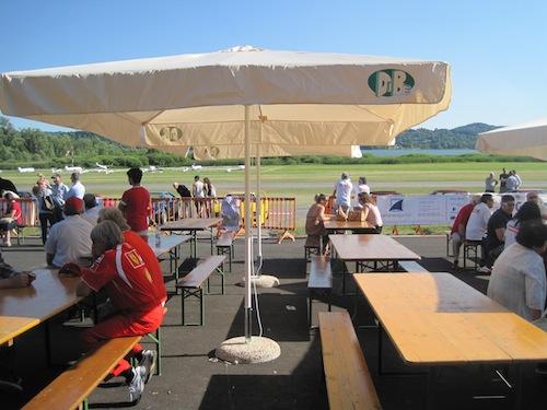 prendere il sole e bere birra si può, nell'happy hangar