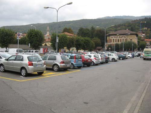 Il piazzale dell'Unes è tornato pieno di vetture in sosta