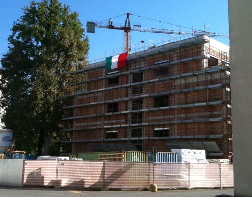 Il monoblocchino all'ospedale di Varese con il Tricolore