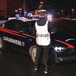 Tenta di gettare la moglie dal balcone, lo fermano i carabinieri