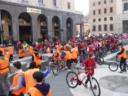 In bici nel centro di Varese, anche in controsenso
