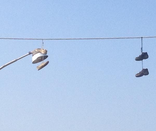 Le scarpe appese