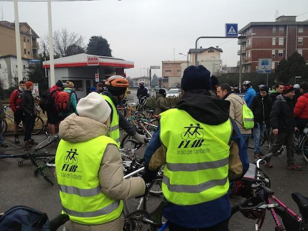 Una massa di ciclisti nelle vie di Gallarate