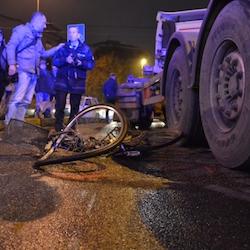 Incidente mortale.  Ciclista travolto da un tir in via Forze Armate