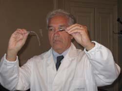 Sadro Burdo che mostra un impianto cocleare
