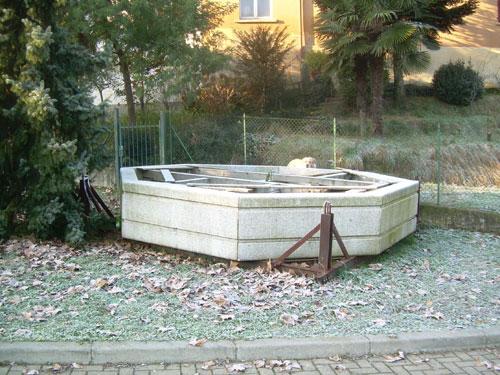 La fontana di piazza Carducci abbandonata a Buguggiate