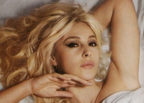 Bellucci Calendario.Muore Lady Gaga E Monica Bellucci Si Fa Bionda