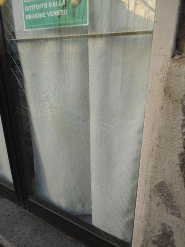 La vetrina sfondata alla sede della Lega Nord