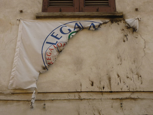 Bandiera della Lega bruciata a Saronno