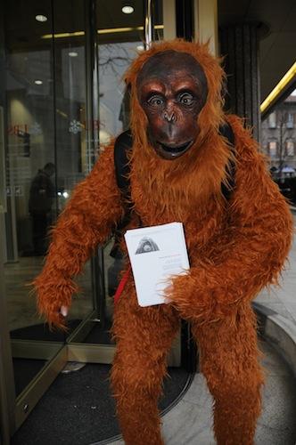 orango manifestano davanti alla banca