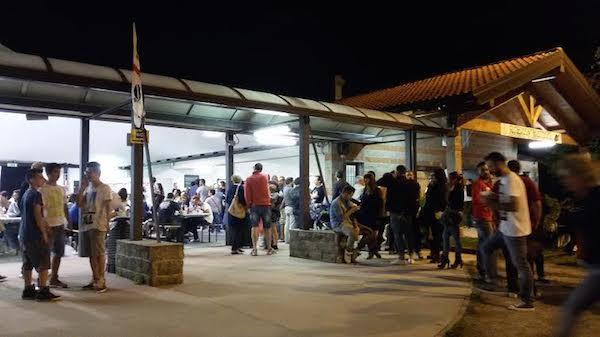 350255a94cbc Lunga attesa e pane finito alla festa del maialetto